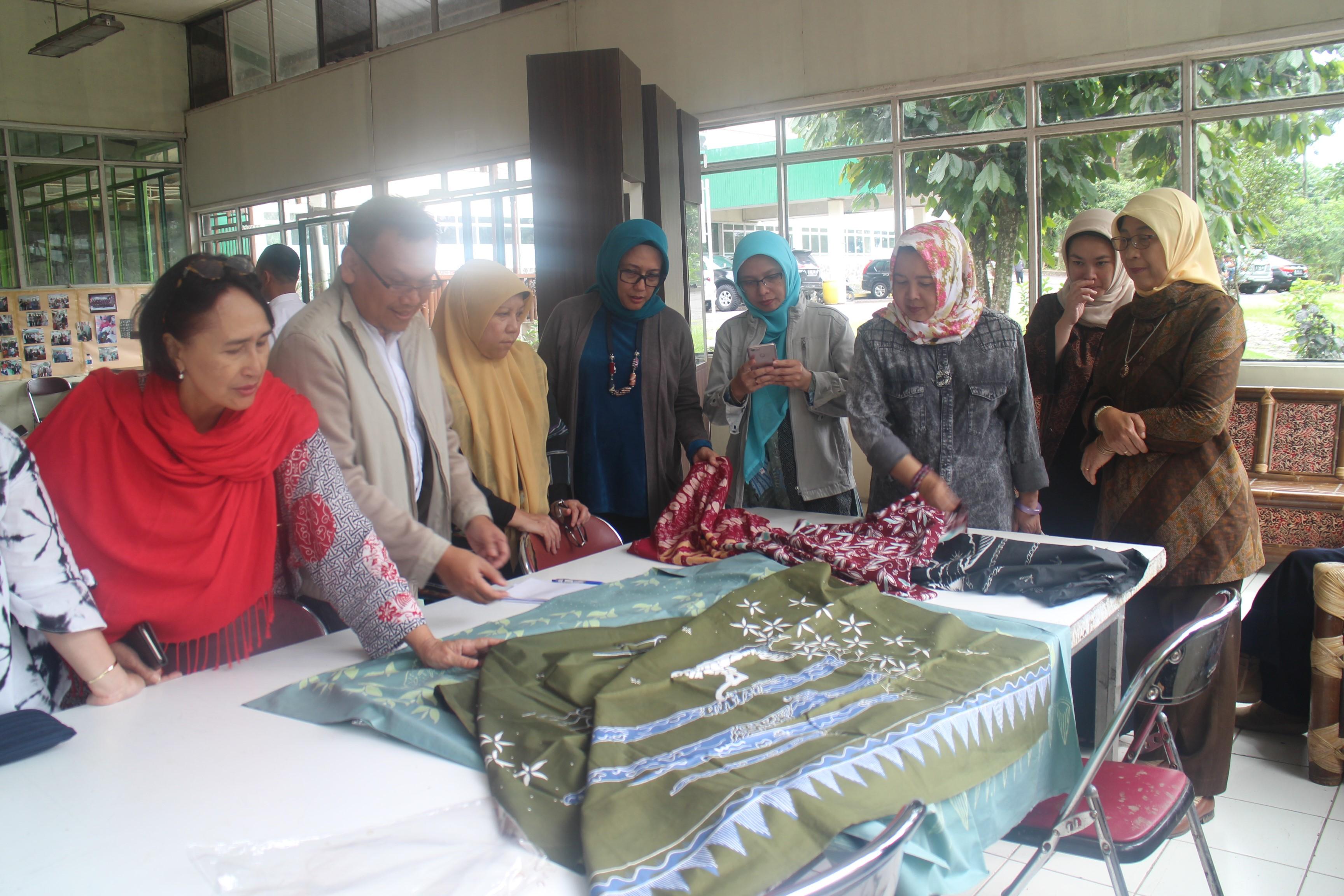 Karen Tambayong bersama Perempuan Penggiat Pertanian Indonesia saat mengunjungi Rumah Batik yang ada di Gunung Mas PTPN VIII
